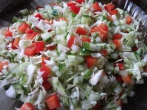 Салат из капусты с огурцом и перцем