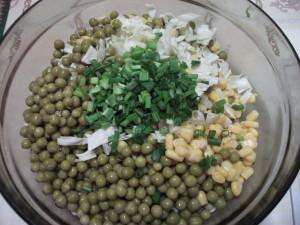 Салат из капусты с кукурузой горошком и луком