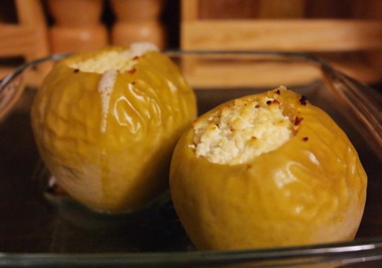 Яблоки с творогом в духовке